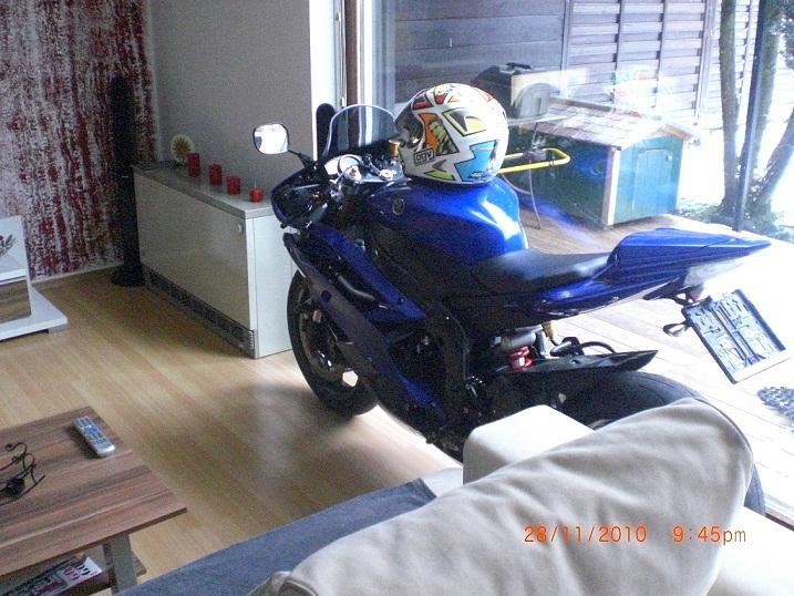 so wird 2010 eingewintert meine sexy im wohnzimmer r6 showroom yamaha r6club gr tes r6 forum. Black Bedroom Furniture Sets. Home Design Ideas